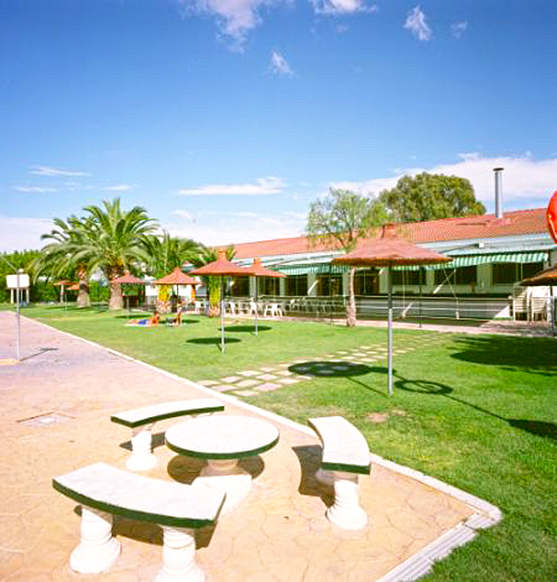 Terraza piscina camping carlos iii for Piscina z