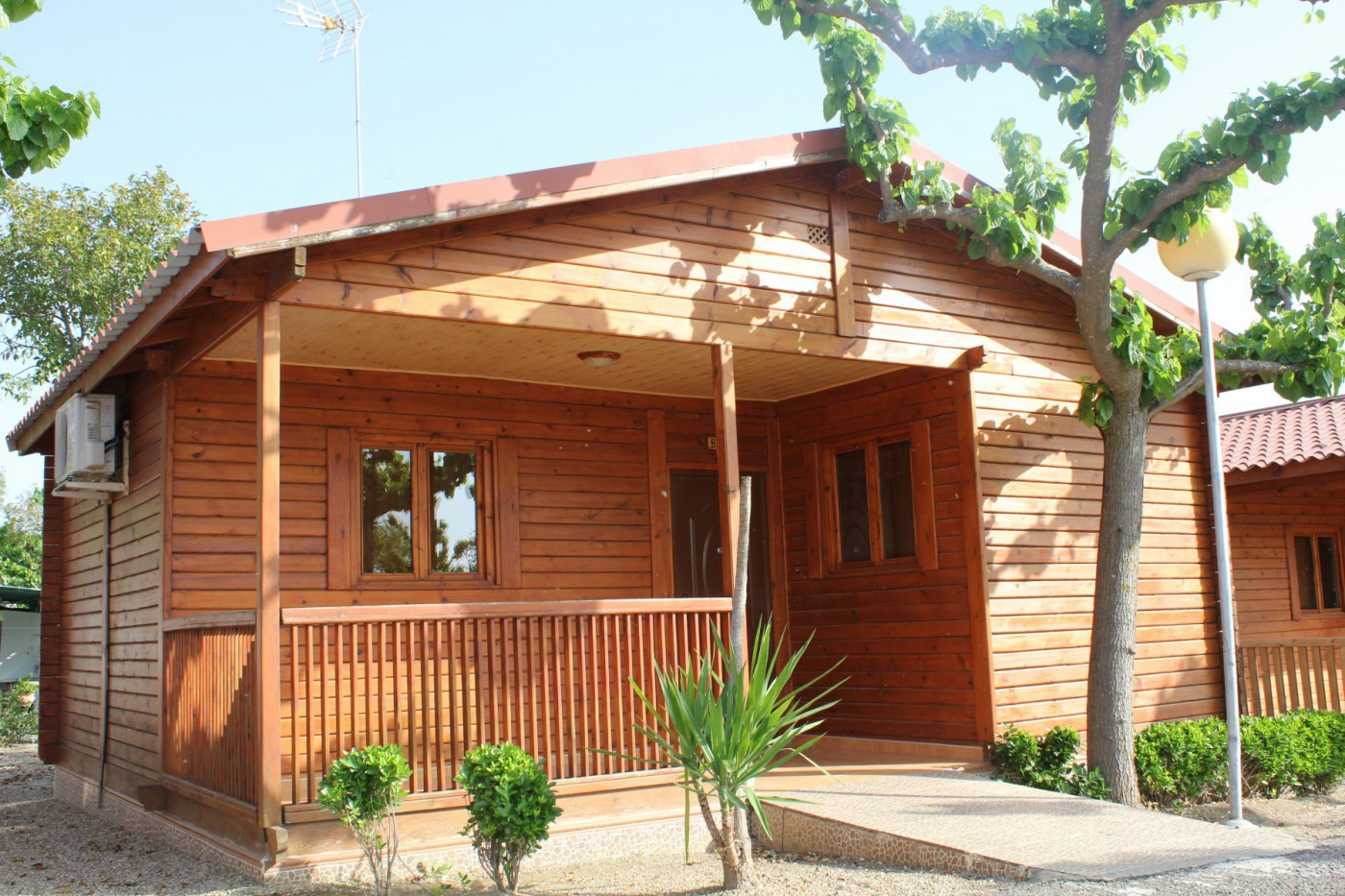 Caba a madera camping carlos iii for Camping en leon con bungalows y piscina